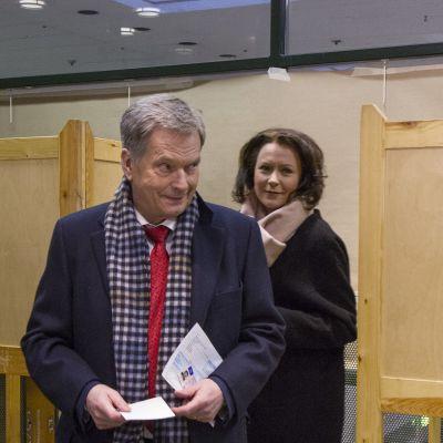 Sauli Niinistö ja Jenni Haukio äänestämässä ennakkoon presidentinvaaleissa.
