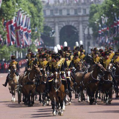 Britannian kuningattaren 92-vuotisjuhlaparaati Lontoossa.