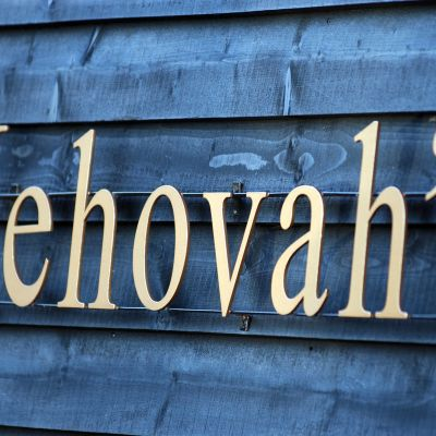 Jehova -sana kirjaimin seinässä.