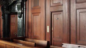 de anklagades bås i rättssalen i Nürnberg