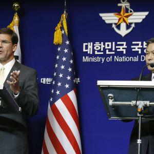 Yhdysvaltain puolustusministeri Mark Esper ja hänen eteläkorealainen virkaveljensä Jeong Kyeong-doo kuvattuna Soulissa 15. marraskuuta.