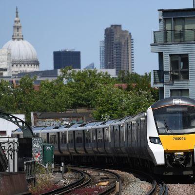 Juna Lontoossa.