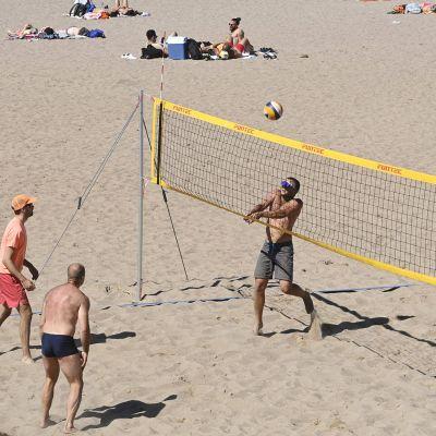 Kuvassa nuoret pelaavat lentopalloa.