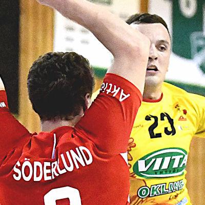 Vitalie Nenita i Cocks anfaller mot Dickens Filip Söderlund.