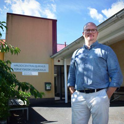 Sami Salminen framför Kimitoöns hälsocentralsjukhus.
