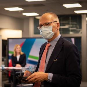 Juha Tuominen tittar in i kameran och har ett munskydd.