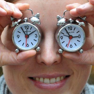 Kuvassa esitellään kahta pientä herätyskelloa.