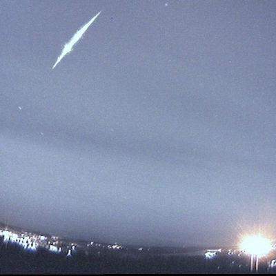Klart lysande meteor som fångats på bild  av Astronomiska föreningen Ursas automatiska kamera.
