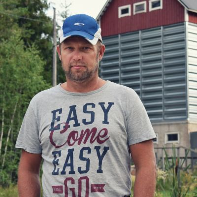 Tom Jansson framför en rödmålad silo.