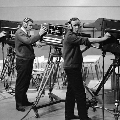 Kuvaajat Tuomo Kurikka, Lasse Koskinen ja Kauno Peltola poseeraavat televisiokameroiden vieressa Frenckellin studiolla Tampereella.