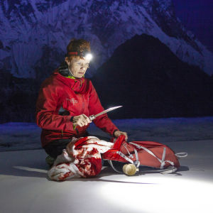 Minna Haapkylän näyttelemä Iina aikoo kiivetä Mount Everestille. Hän istuu lumessa ja tuijottaa kädessään olevaa veistä.