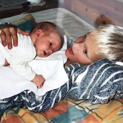 Tobias Sjöman som bebis ligger på sin äldre brors mage.