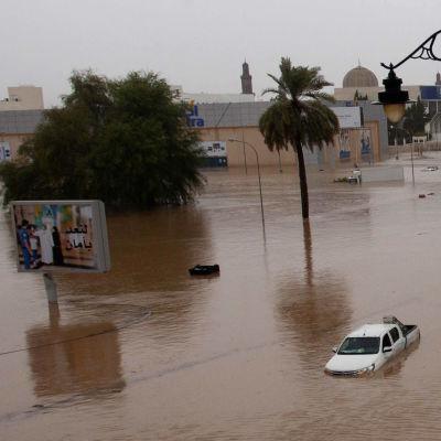 Översvämmade gator i Omans huvudstad Muskat efter cyklonen Shahins framfart.