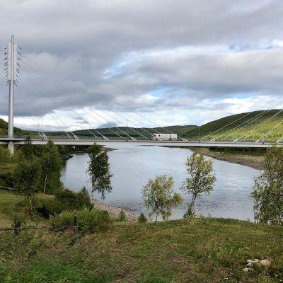 Suomen ja Norjan yhteinen kirjastoauto Girjebusse saapuu Saamen siltaa Suomeen yli Tenon. Utsjoki 3.9.2019