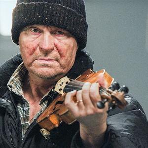 Mies viulu kädessään.