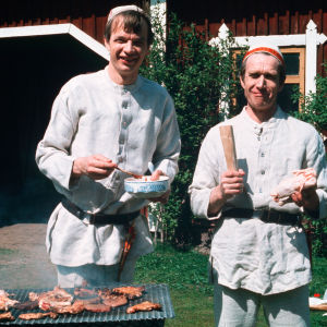 Jaakko Kolmonen ja Veijo Vanamo grillaamassa.