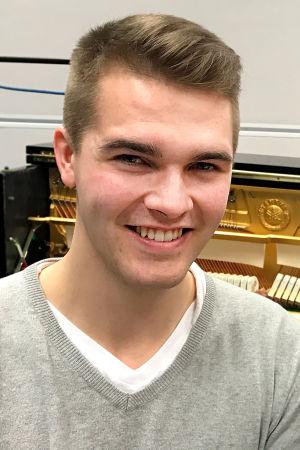 Sävelkellon keksijä Perttu Pölönen ja toimittaja Riikka Holopainen.