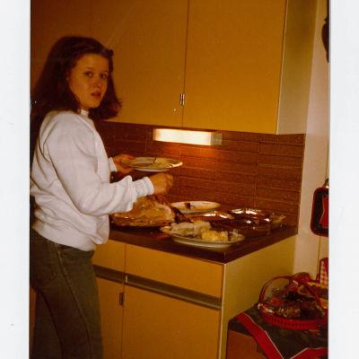 sabine forsblom i ett kök på 1970-talet