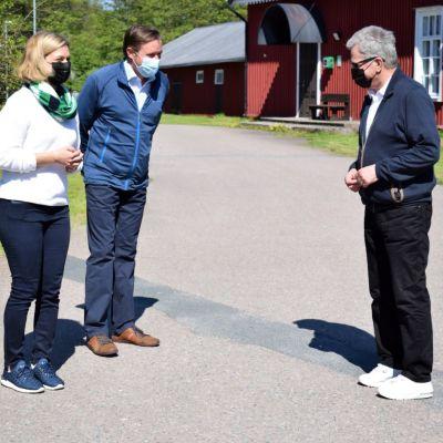 Sauli Niinistö talar med värdar från Kimitoön på Örös kasernområde.