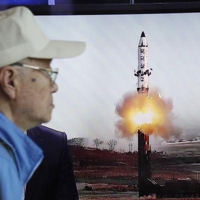 Etelä-Korean televisiosta näytetään Pohjois-Korean ohjuskoetta 14. toukokuuta.