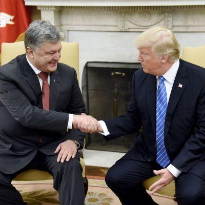 Ukrainan ja Yhdysvaltain presidentit Petro Porošenko ja Donald Trump kättelevät.