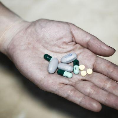Lääkkeitä kädessä