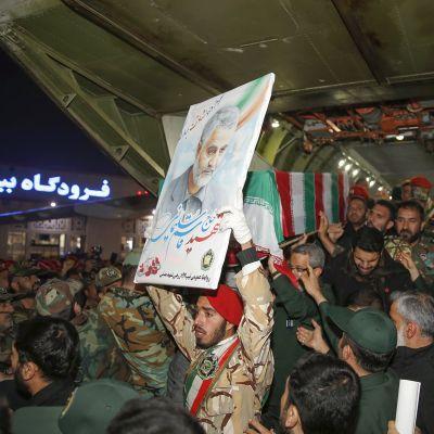Qassim Suleimani arkkua kannetaan lentokoneesta.