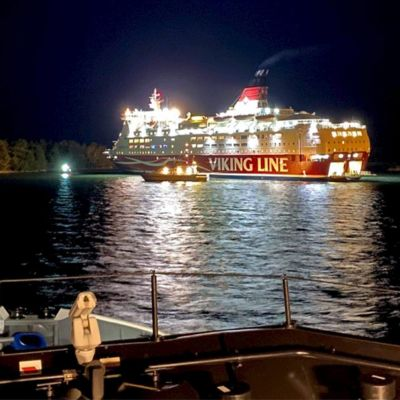 Viking Linen Amorella Järsö-nimisen saaren rannassa Ahvenanmaalla sunnuntai-iltana 20. syyskuuta.