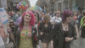 Den transsexuella showbrottaren Jessica Love (t.v) deltar i Pride-paraden.