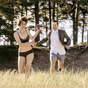 Ca Bäck (Mimosa Willamo) ja Birger (Carl-Kristian Rundman) draamasarjassa Lola ylösalaisin.