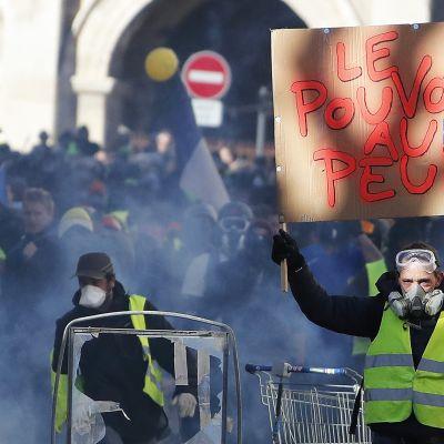 Keltaliivien mielenosoitus Nimesissä 12. tammikuuta 2019.