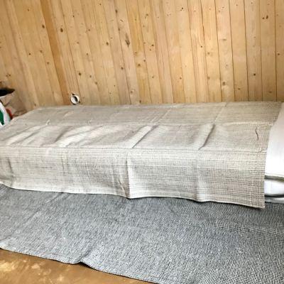 En madrass i hörnet av ett rum.