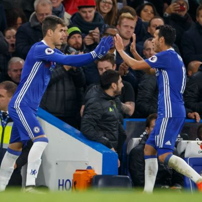 Oscar har fått sparsamt med speltid under Antonio Conte. Här kommer han in istället för Pedro.
