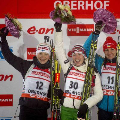 Kaisa Mäkäräinen, Darja Domratsheva ja Olena Pidhrushna palkintokorokkeella.