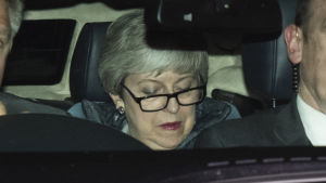 Theresa May när hon lämnade parlamentet natten till måndagen.