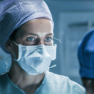Sairaasarjan henkilökunnan hoitaja leikkaussalissa.