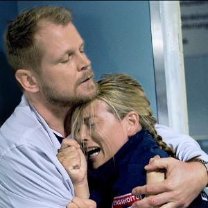 Sairaalasarjan miesnäyttelijä pitelee itkevää naisnäyttelijää sylissään.