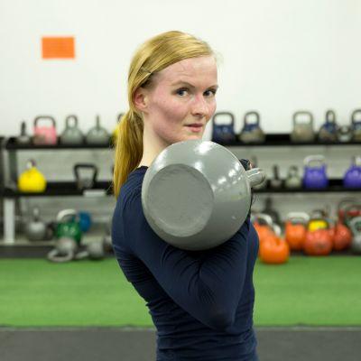 Tanja Temonen ohjaa kahvakuulatreenejä Herttonimen taekwondosalilla.