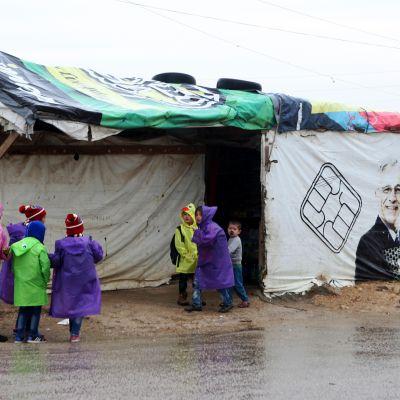 Syyrialaislapset leikkivät lähellä telttaa