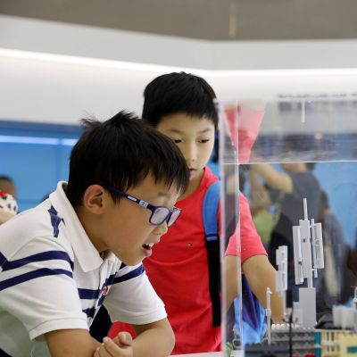 lapset tutkimassa 5G-pienoismallia