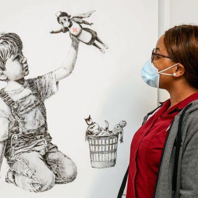 Banksyn teos myytiin Christie'sin huutokaupassa. Kuva: Stuart Martin / AFP