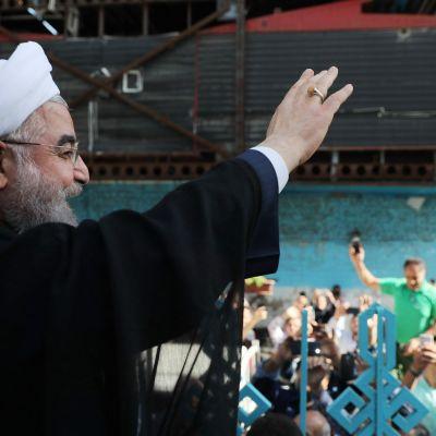 Hassan Rouhani vinkade till anhängare utanför en vallokal i Teheran på fredagen. 19.5.2017