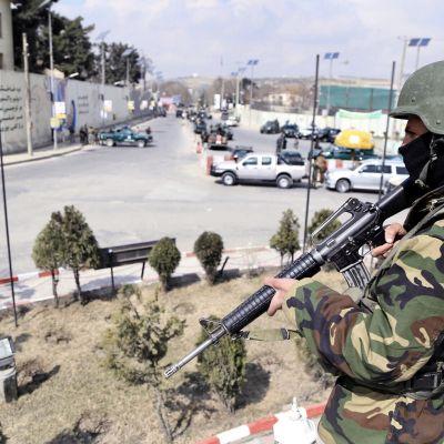 Sotilaita Kabulin Sardar Daud Khan -sairaalan edustalla maaliskuussa 2017.
