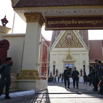Poliiseja korkeimman oikeuden rakennuksen edessä.