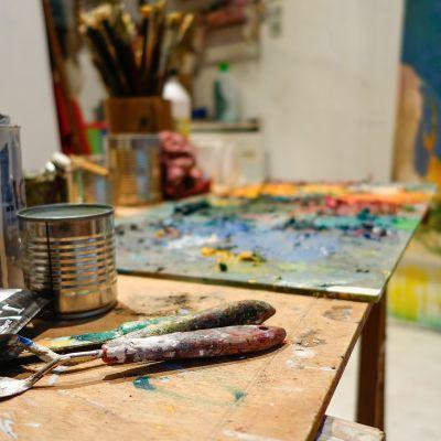 Taiteilijan työhuone, palettiveitsiä.