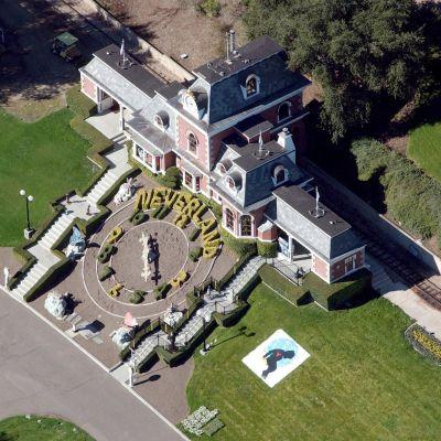 Jacksonin Neverland-kiinteistö Santa Ynezissa vuonna 2003.