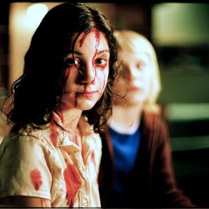 Eli (Lina Leandersson) elokuvassa Ystävät hämärän jälkeen. Taustalla Oskar (Kåre Hedebrant)