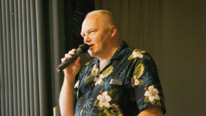 Kirjailijavieras Tapani Bagge puhuu Varkauden dekkarit-festivaalilla
