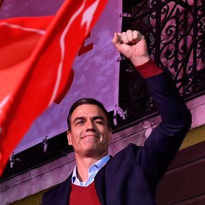 PSOE-ledaren Pedro Sánchez firar segern under valnatten 10.11.2019 i MAdrid