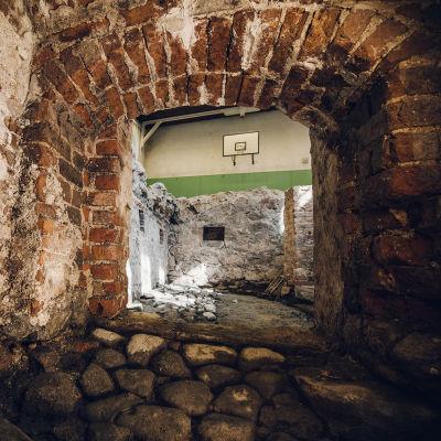 Källare som grävts ut i Katedralskolans gymnastiksal i Åbo.